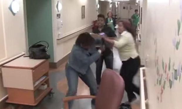 Απίστευτο: Γιαγιάδες παίζουν ξύλο στον διάδρομο μαιευτηρίου μετά τον ερχομό του μωρού! (βίντεο)