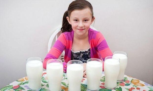 Απίστευτο! Πρέπει να πίνει 6 ποτήρια γάλα κάθε μέρα για να μείνει ζωντανή!