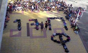 79c525913ba Μαθητές σχημάτισαν στη μνήμη του Παύλου Φύσσα, τα αρχικά του με τις  σχολικές τους τσάντες