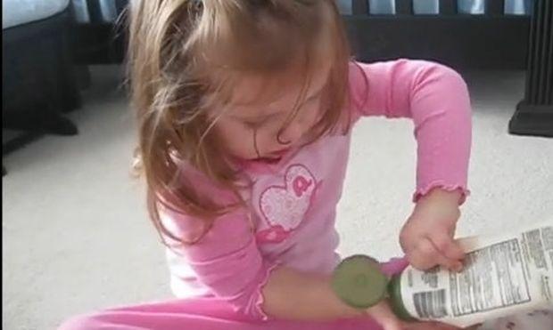 Άδειασε όλη τη λοσιόν στο κεφάλι του μικρού αδελφού της! (βίντεο)