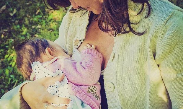 Απίστευτο: Εδιωξαν μητέρα επειδή θήλαζε το μωρό της σε συνεδριακό κέντρο στη Σαντορίνη!