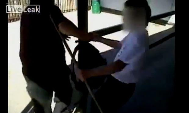 Βίντεο-ΣΟΚ: Μαθητής δέρνει καθηγητή