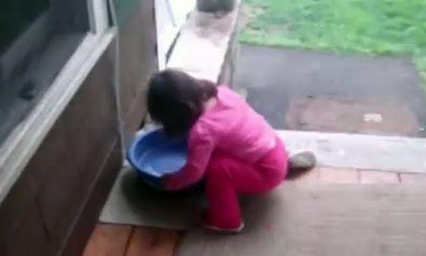 Κοριτσάκι εύχεται να ήταν…  σκύλος! (βίντεο)
