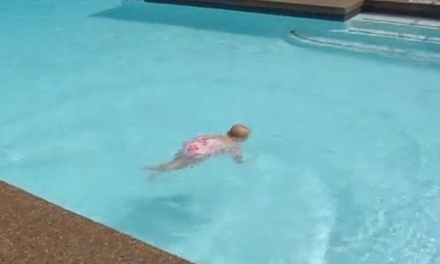 Μια κολυμβήτρια 16 μηνών