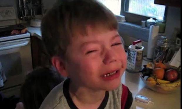 Απαρηγόρητο το αγοράκι γιατί δεν το αγαπάει ο μπαμπάς του πια! (βίντεο)