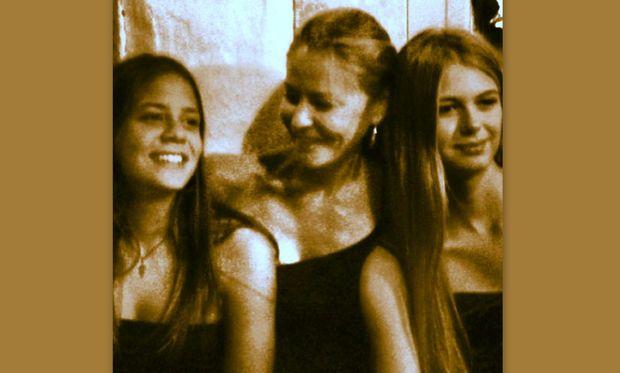 Η περήφανη μαμά Τζένη Μπαλατσινού ανάμεσα στις πανέμορφες κόρες της, Αλεξάνδρα και Αμαλία!