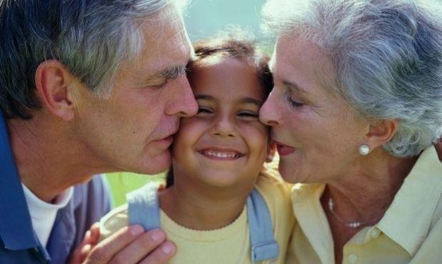 Χωρίς συμπτώματα κατάθλιψης οι παππούδες και οι γιαγιάδες που έχουν επαφή με τα εγγόνια τους!
