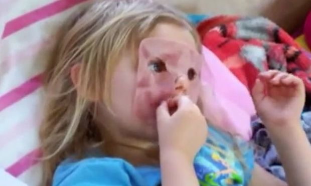 Κάνει μάσκα το… ζαμπόν και μετά το τρώει! (βίντεο)