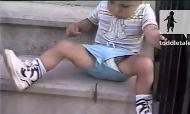 Ο πανικός ενός μπόμπιρα για μια ακρίδα! (βίντεο)