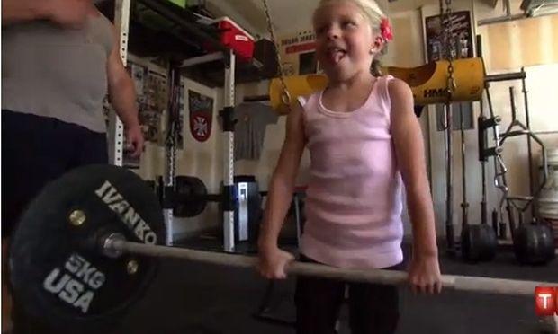 Κι όμως αυτό το χαριτωμένο κοριτσάκι σηκώνει 45 κιλά!