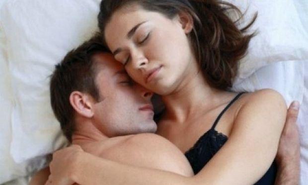 Πώς το να κοιμάστε αγκαλιά μαζί του κάνει θαύματα στην υγεία σας
