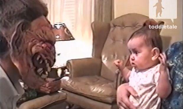 Το πιστεύετε; Προτιμά τον μπαμπά του με την τρομακτική μάσκα και κλαίει όποτε τη βγάζει! (βίντεο)