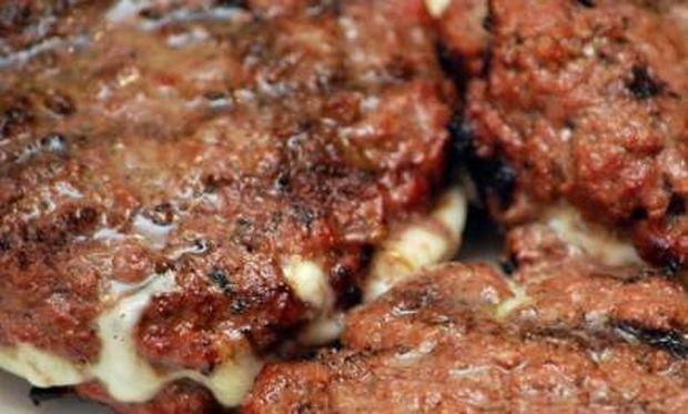Συνταγή για τα πιο νόστιμα γεμιστά μπιφτέκια!