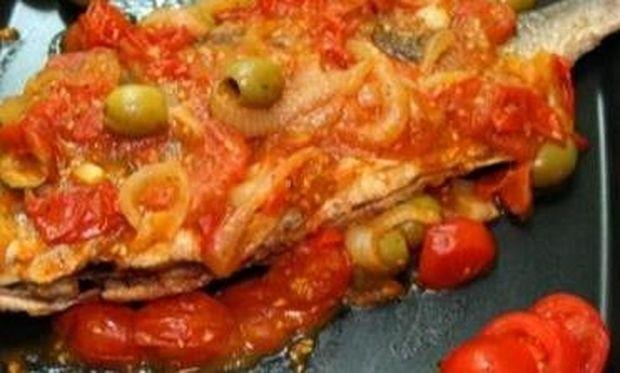 Συνταγή για ψαράκι στη λαδόκολλα με ντοματίνια!