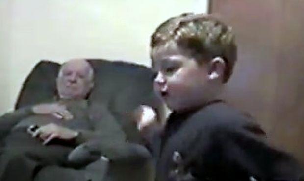 Ο αδελφός και η... βρωμερή πάνα! (βίντεο)