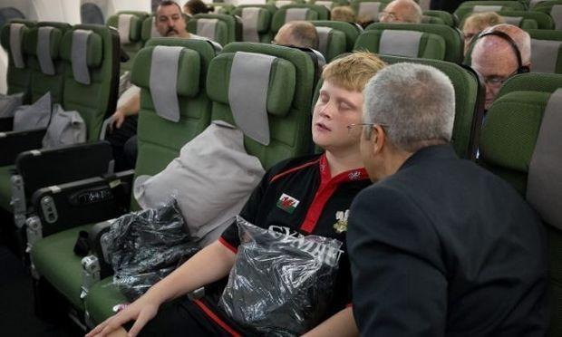 Αγόρι υπνωτίστηκε για να ταξιδέψει από το Αμπού Ντάμπι στο Λονδίνο!