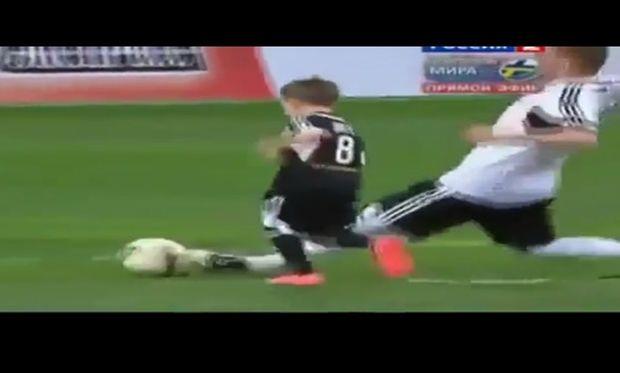 Πιτσιρικάς μπαίνει στο γήπεδο κατά τη διάρκεια αγώνα και βάζει γκολ