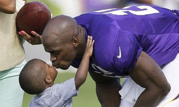 Σοκαριστικό: Νεκρός ο μόλις 2 ετών γιος διάσημου παίκτη του αμερικανικού ποδοσφαίρου έπειτα από κακοποίηση