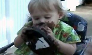 Η τούρτα είναι δική της και θέλει να τη φάει όλη μόνη της! (βίντεο)