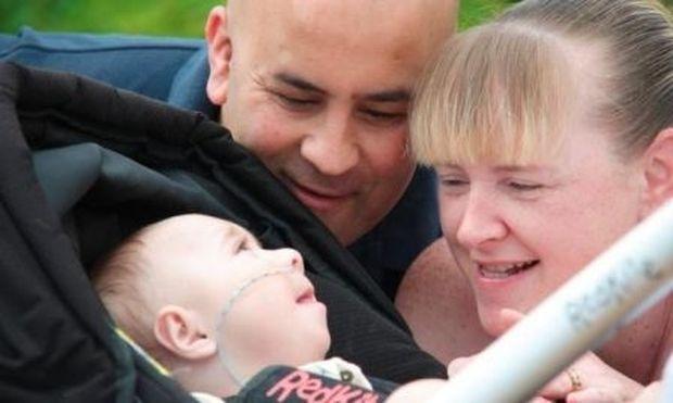 Επαναφέρουν το μωρό τους στη ζωή πέντε φορές τη μέρα επειδή σταματά να αναπνέει!