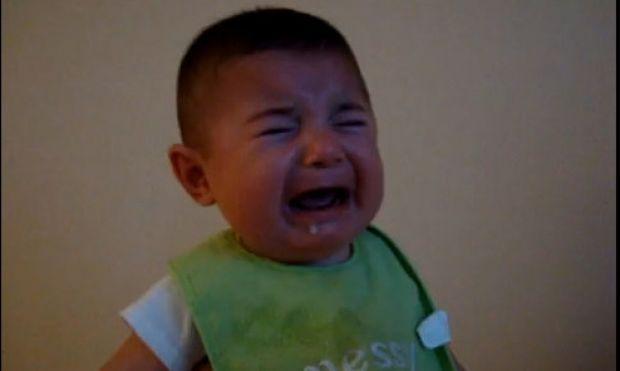 Όταν το μωρό κλαίει κι εμείς… γελάμε! (βίντεο)