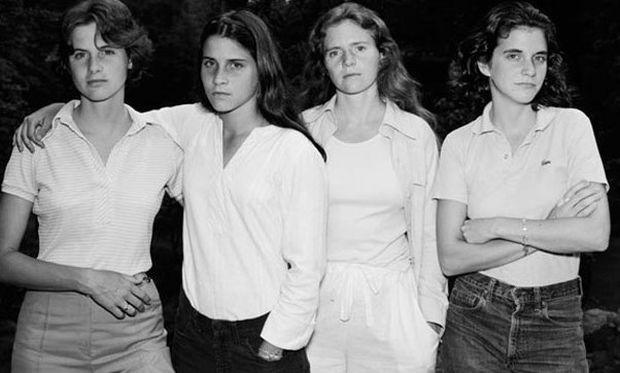 Τέσσερις αδερφές, 38 χρόνια φωτογραφίες και μια σχέση που κρατάει μια ζωή (εικόνες)