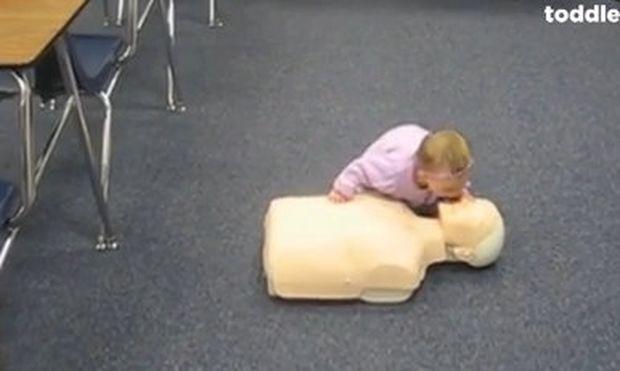 Απίστευτο: Δείτε ενός έτους πιτσιρίκα να κάνει... τεχνητές αναπνοές σε κούκλα! (βίντεο)