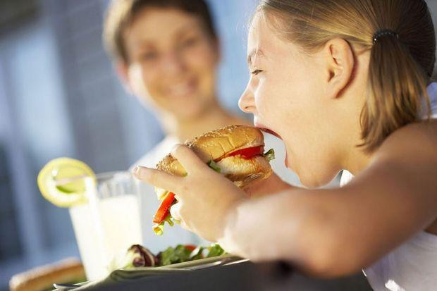 7 + 1 συμβουλές σε εφήβους για να μην το παρακάνουν όταν τρώνε εκτός σπιτιού!