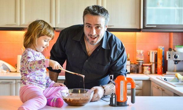 Ο Γιώργος Γεράρδος μας φτιάχνει σούπερ σοκολατένιο brownie με την κόρη του!