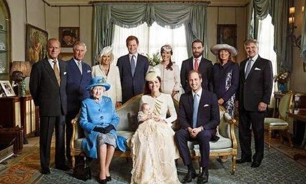 Δείτε την επίσημη φωτογράφιση της βασιλικής οικογένειας μετά τη βάπτιση του πρίγκιπα Τζορτζ!