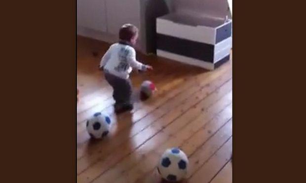 Μωρό 18 μηνών υπέγραψε συμβόλαιο σε ποδοσφαιρική ομάδα! (βίντεο)