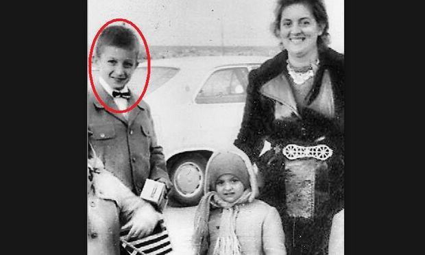 Αναγνωρίζετε το αγοράκι της φωτογραφίας που ποζάρει μαζί με τη μαμά του και την αδελφή του;
