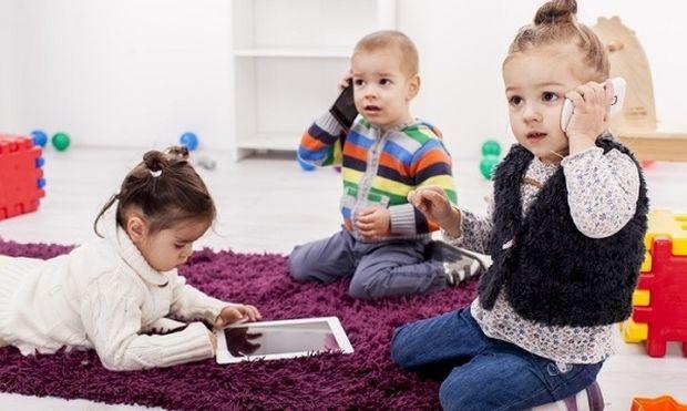Μελέτη: Τα 2χρονα δεν πάνε πουθενά χωρίς το smartphone!