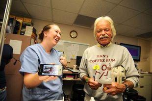 Επισκέπτεται κέντρο χημειοθεραπείας, αλλά δεν έχει καρκίνο... Μία αληθινή ιστορία