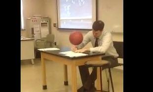 Καθηγητής σχολείου στριφογυρνάει μπάλα μπάσκετ πάνω σε στυλό ενώ γράφει! (βίντεο)