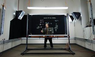Παρακολουθεί τους φοιτητές του μέσω του διάφανου πίνακα που εφηύρε (βίντεο)