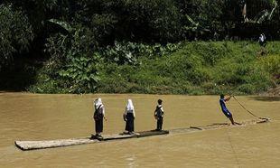 Ινδονησία: Ρισκάρουν τη ζωή τους για να μάθουν γράμματα (φωτογραφίες)