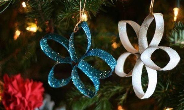 Φτιάξτε λαμπερά λουλούδια για το χριστουγεννιάτικο δέντρο από ρολό τουαλέτας/κουζίνας
