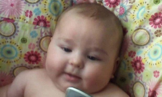 Τι κάνει ένα μωρό όταν ακούσει το γέλιο ενός άλλου μωρού; Δείτε το βίντεο που έχει ξεπεράσει τα 24 εκατ. κλικ στο youtube!