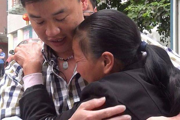 Μία απίστευτη ιστορία:Τον απήγαγαν όταν ήταν 5 ετών και 23 χρόνια μετά βρήκε την οικογένειά του (βίντεο)