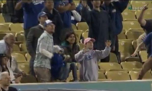 Τι γίνεται όταν ένας μπαμπάς θέλει να πανηγυρίσει και ξεχνάει ότι κρατάει την κόρη του στα χέρια του(βίντεο)