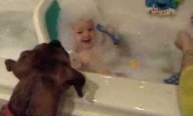 Τι κάνει διασκεδαστικό το μπάνιο ενός μωρού; Δείτε το βίντεο και θα το μάθετε!
