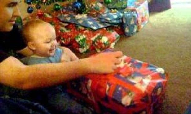 Τι κάνει ένα μωρό όταν δεχτεί το πρώτο του χριστουγεννιάτικο δώρο! (βίντεο)