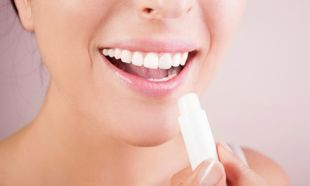 Αντιμετωπίστε τα σκασμένα χείλη με υλικά της κουζίνας σας