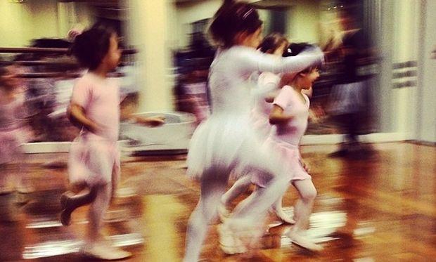Ποιά διάσημη μαμά φωτογραφίζει την μικρή της μπαλαρίνα;