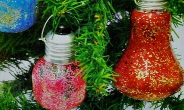 Φτιάξτε υπέροχα διακοσμητικά για το Χριστουγεννιάτικο δέντρο από παλιές λάμπες