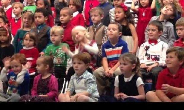 Η μοναδική στιγμή που ένα κοριτσάκι λέει τα κάλαντα στους κωφούς γονείς του (βίντεο)