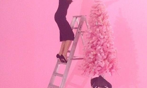 Ποια διάσημη μανούλα στολίζει το δέντρο φορώντας τις ψηλοτάκουνες γόβες της; (φωτογραφία)
