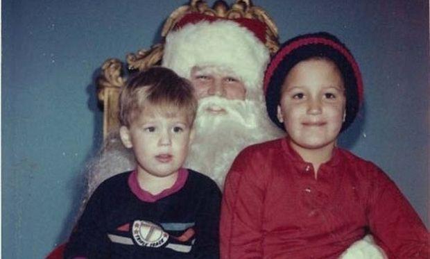 Εμμονές! Φωτογραφίζονται με τον Αγιο Βασίλη εδώ και 33 χρόνια! (εικόνες)