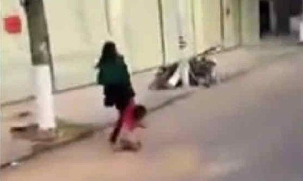 Βίντεο σοκ με μητέρα να κακοποιεί το παιδί της στο δρόμο κάνει το γύρο του διαδικτύου